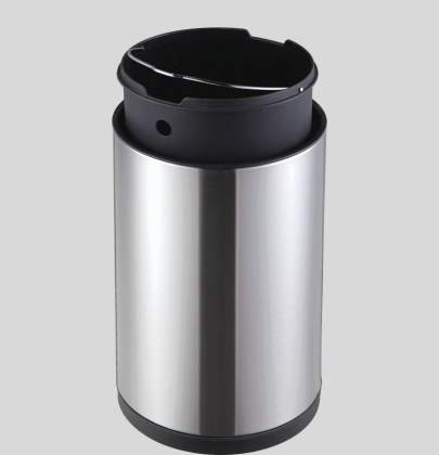 Motion sensor trash cans with liners